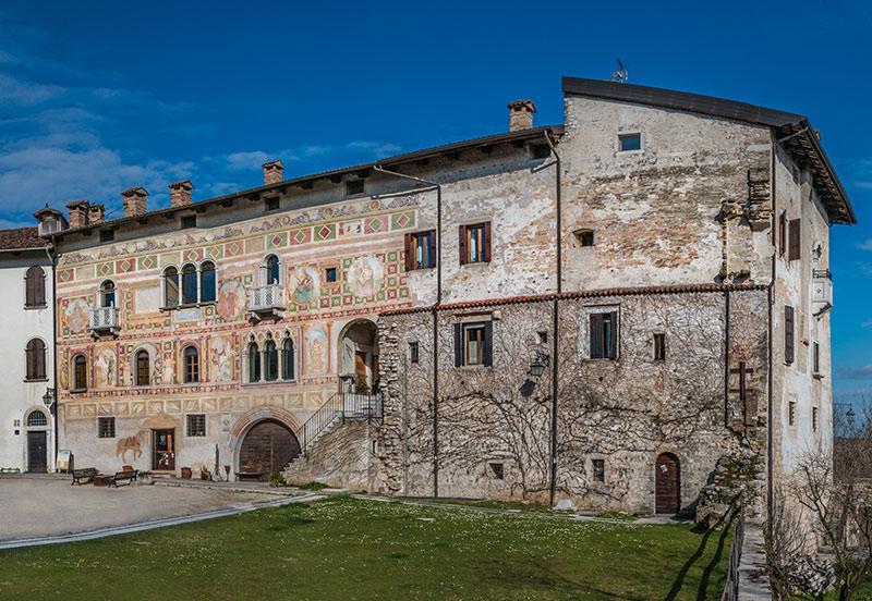 Palazzo dipinto nella corte del castello di Spilimbergo